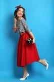 Γυναίκα με ένα παλαιό τηλέφωνο καλωδίων, που φορά ένα καρφίτσα-επάνω ύφος Στοκ εικόνα με δικαίωμα ελεύθερης χρήσης