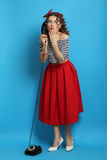 Γυναίκα με ένα παλαιό τηλέφωνο καλωδίων, που φορά ένα καρφίτσα-επάνω ύφος Στοκ φωτογραφία με δικαίωμα ελεύθερης χρήσης