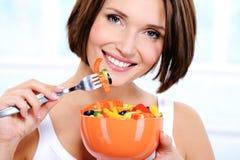 Γυναίκα με ένα πιάτο της φυτικής σαλάτας στα χέρια Στοκ εικόνες με δικαίωμα ελεύθερης χρήσης