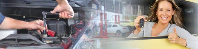Γυναίκα με ένα πλήκτρο αυτοκινήτων στοκ φωτογραφίες