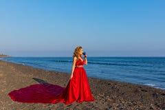 Γυναίκα με ένα ποτήρι του κρασιού και της θάλασσας Στοκ εικόνα με δικαίωμα ελεύθερης χρήσης