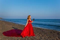 Γυναίκα με ένα ποτήρι του κρασιού και της θάλασσας Στοκ φωτογραφία με δικαίωμα ελεύθερης χρήσης