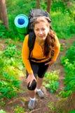 Γυναίκα με ένα σακίδιο πλάτης επάνω ο λόφος Στοκ φωτογραφία με δικαίωμα ελεύθερης χρήσης