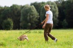 Γυναίκα με ένα σκυλί στο λουρί Στοκ Φωτογραφία