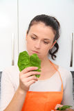 Γυναίκα με ένα σπανάκι σε μια σύγχρονη κουζίνα Στοκ εικόνες με δικαίωμα ελεύθερης χρήσης