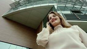 Γυναίκα με ένα τηλέφωνο απόθεμα βίντεο