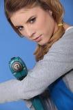 Γυναίκα με ένα τρυπάνι στοκ εικόνες με δικαίωμα ελεύθερης χρήσης