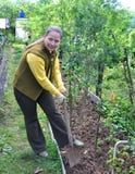 Γυναίκα με ένα φτυάρι στον κήπο Στοκ Φωτογραφίες
