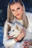 Γυναίκα με ένα όμορφο γεροδεμένο σκυλί στοκ φωτογραφίες με δικαίωμα ελεύθερης χρήσης