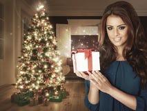 γυναίκα με ένα δώρο Χριστουγέννων στοκ εικόνες