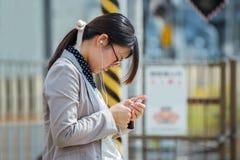 Γυναίκα με ένα Smartphone Στοκ Εικόνες