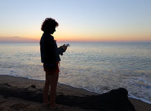 Γυναίκα με ένα Smartphone Στοκ εικόνα με δικαίωμα ελεύθερης χρήσης