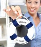 Γυναίκα με - ευπρόσδεκτος στην επιχείρηση lifebuoy Στοκ Φωτογραφίες