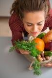 Γυναίκα με κλειστά τα μάτια μυρίζοντας φρέσκα λαχανικά πτώσης Στοκ εικόνα με δικαίωμα ελεύθερης χρήσης