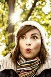 Γυναίκα με μια έκπληκτη έκφραση του προσώπου στο πάρκο φθινοπώρου, κίτρινο Στοκ φωτογραφία με δικαίωμα ελεύθερης χρήσης