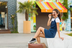 Γυναίκα με μια αναδρομική βαλίτσα Στοκ Εικόνες