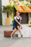 Γυναίκα με μια αναδρομική βαλίτσα Στοκ φωτογραφία με δικαίωμα ελεύθερης χρήσης