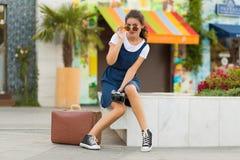 Γυναίκα με μια αναδρομική βαλίτσα Στοκ Εικόνα