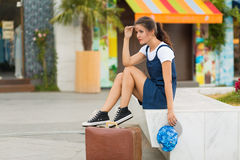 Γυναίκα με μια αναδρομική βαλίτσα Στοκ Φωτογραφία