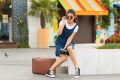 Γυναίκα με μια αναδρομική βαλίτσα Στοκ εικόνα με δικαίωμα ελεύθερης χρήσης