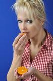 Γυναίκα με μια κλημεντίνη στοκ εικόνα με δικαίωμα ελεύθερης χρήσης