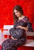 Γυναίκα με μια ταμπλέτα στην καρδιά μορφής στοκ φωτογραφία
