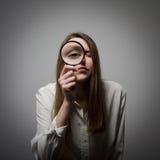 Γυναίκα με πιό magnifier Στοκ Εικόνες