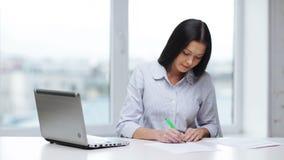 Γυναίκα με τα έγγραφα και τη γεμίζοντας μορφή μανδρών απόθεμα βίντεο