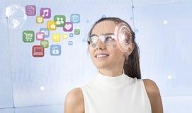 Γυναίκα με τα έξυπνα γυαλιά Στοκ εικόνα με δικαίωμα ελεύθερης χρήσης