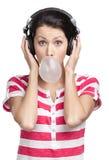 Γυναίκα με τα ακουστικά και τη γόμμα φυσαλίδων Στοκ Εικόνα