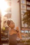 Γυναίκα με τα ακουστικά και φορέας μουσικής Στοκ Φωτογραφία