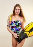 Γυναίκα με τα βατραχοπέδιλα και την κολυμπώντας με αναπνευτήρα μάσκα που έχουν τη διασκέδαση στοκ εικόνες