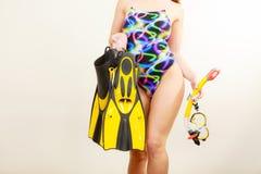Γυναίκα με τα βατραχοπέδιλα και την κολυμπώντας με αναπνευτήρα μάσκα στοκ εικόνες