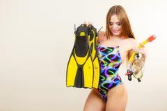 Γυναίκα με τα βατραχοπέδιλα και την κολυμπώντας με αναπνευτήρα μάσκα που έχουν τη διασκέδαση στοκ φωτογραφίες με δικαίωμα ελεύθερης χρήσης