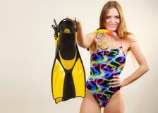 Γυναίκα με τα βατραχοπέδιλα και την κολυμπώντας με αναπνευτήρα μάσκα που έχουν τη διασκέδαση στοκ εικόνα με δικαίωμα ελεύθερης χρήσης