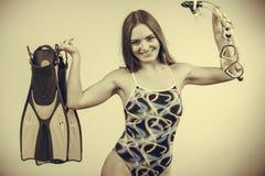 Γυναίκα με τα βατραχοπέδιλα και την κολυμπώντας με αναπνευτήρα μάσκα που έχουν τη διασκέδαση στοκ φωτογραφίες