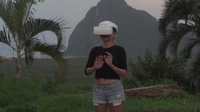 Γυναίκα με τα γυαλιά VR στην τροπική άποψη απόθεμα βίντεο