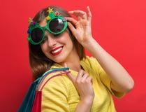 Γυναίκα με τα γυαλιά γιορτής Χριστουγέννων στοκ φωτογραφίες