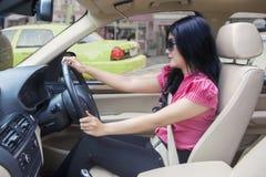 Γυναίκα με τα γυαλιά ηλίου που οδηγούν ένα αυτοκίνητο Στοκ φωτογραφία με δικαίωμα ελεύθερης χρήσης