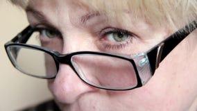 Γυναίκα με τα γυαλιά φιλμ μικρού μήκους