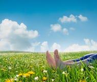 Γυμνά πόδια στη χλόη και τα λουλούδια άνοιξη στοκ εικόνα με δικαίωμα ελεύθερης χρήσης