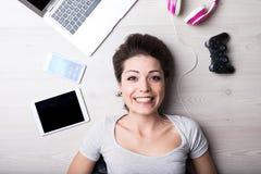 Γυναίκα με τα δημιουργικά εργαλεία ψυχαγωγίας στοκ φωτογραφία με δικαίωμα ελεύθερης χρήσης