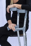 Γυναίκα με τα δεκανίκια Στοκ φωτογραφία με δικαίωμα ελεύθερης χρήσης
