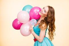 Γυναίκα με τα ζωηρόχρωμα μπαλόνια και lollipop Στοκ Φωτογραφία