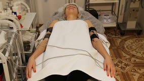 Γυναίκα με τα ηλεκτρο διεγερτικά ηλεκτρόδια στο σώμα της απόθεμα βίντεο