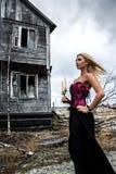 Γυναίκα με τα κεριά στο υπόβαθρο του παλαιού σπιτιού Στοκ Εικόνες