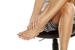 Γυναίκα με τα κουρασμένα πόδια Στοκ Εικόνα