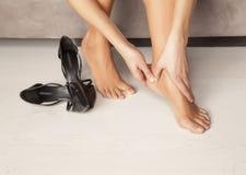 Γυναίκα με τα κουρασμένα πόδια Στοκ φωτογραφία με δικαίωμα ελεύθερης χρήσης