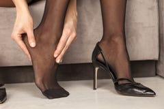 Γυναίκα με τα κουρασμένα πόδια Στοκ Εικόνες