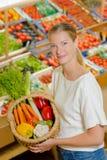 Γυναίκα με τα λαχανικά καλαθιών Στοκ εικόνα με δικαίωμα ελεύθερης χρήσης
